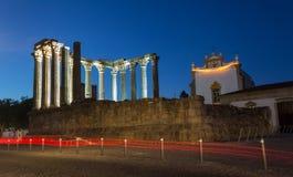 De tempel van Temploromano roman bij nacht in de stad van Evora, Haven Stock Afbeeldingen