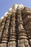 De Tempel van toren-Sikharaduladeo, Khajuraho, met standbeelden wordt verfraaid dat Stock Foto