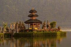 De tempel van Ulun Danu van Pura op een meer Beratan bali Stock Afbeelding