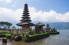 De tempel van Ulundanu op meer Beratan Stock Foto's
