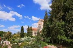 De tempel wordt omringd door een weelderige tuin Royalty-vrije Stock Foto's