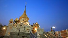 De tempelarchitectuur van Traimit bij schemer in Bangkok Stock Foto's
