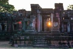 De tempels van de Angkorstijl en oude Khmer ruïnes in Phimai, reisbestemming in Oost-Thailand De zonster van de Backlightzonnestr Stock Foto's
