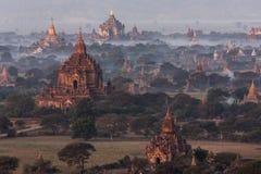 Dawn over de tempels van Bagan - Myanmar stock foto's