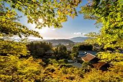 De tempels van Kyoto in de herfst met tempels een Japanner tuinieren zichtbaar Royalty-vrije Stock Afbeelding