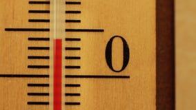 De temperatuur op de thermometerbewegingen stock videobeelden