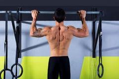 De tenen van Crossfit om de mens trekkracht-UPS te versperren 2 bars training Stock Foto
