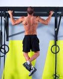 De tenen van Crossfit om de mens trekkracht-UPS te versperren 2 bars training Stock Fotografie