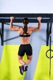 De tenen van Crossfit om vrouw trekkracht-UPS te versperren 2 bars training Stock Fotografie