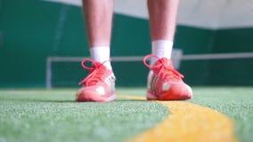 De tennisbal op de vloerbedekking slaat