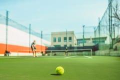 De tennisbal op een tennisbaan Royalty-vrije Stock Foto's