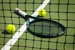 De tennisbal op een tennisbaan Stock Foto's