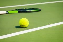 De tennisbal op een tennisbaan Stock Foto