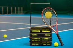 De tennisbal op een tennisbaan Stock Afbeeldingen