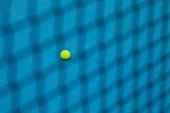 De tennisbal op een tennisbaan Royalty-vrije Stock Afbeeldingen