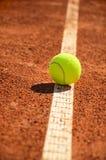 De tennisbal is op prijsverhogingsverticaal 0159 Royalty-vrije Stock Fotografie