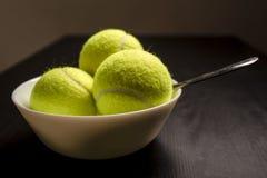 De tennisballen zijn in een kom in plaats van roomijs Donkere versie Royalty-vrije Stock Foto's