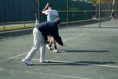 De tennisscheidsrechter bevestigt Lijnvraag royalty-vrije stock afbeelding