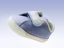 Blauwe babyschoen met geïsoleerde= velcroriem, het knippen weg inbegrepen, in lucht. Stock Fotografie