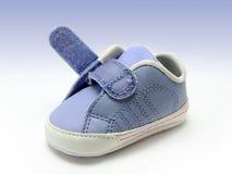 Blauwe babyschoen met open geïsoleerdeo velcroriem, het knippen inbegrepen weg. Stock Foto's