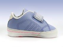 Blauwe babyschoen met open geïsoleerde velcroriem, het knippen inbegrepen weg. Stock Afbeelding