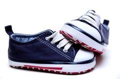 De tennisschoenen van blauwe kinderen Stock Afbeeldingen