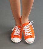 De tennisschoenen van de vrouw stock fotografie