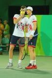 De tennisspelers Andy Murray R en Jamie Murray van Groot-Brittannië in actie tijdens mensen ` s verdubbelt eerste ronde gelijke v Stock Foto