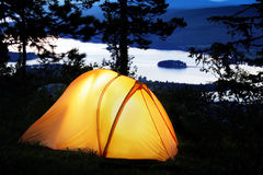 De tent stak omhoog bij schemer aan Royalty-vrije Stock Foto's