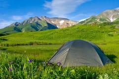 De tent van de toerist in de binnen bergen royalty-vrije stock afbeelding