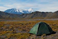 De tent van de toerist op berg Stock Foto's
