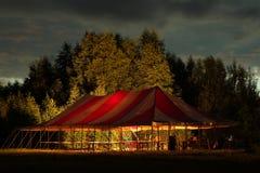 De tent van het kamp op de rivier Volga Stock Afbeelding