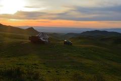 De tent of yurta van de traditionele nomade met vrachtwagenvrachtwagen en SUV-auto Royalty-vrije Stock Foto's