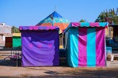 De tenten en de tenten van het spelenfestival hebben mooie kleuren stock afbeeldingen