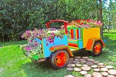 De tentoonstelling van bloemauto's in Spivoche Pool in Kyiv, de Oekraïne royalty-vrije stock fotografie