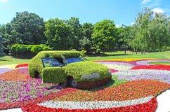 De tentoonstelling van bloemauto's in Spivoche Pool in Kyiv, de Oekraïne Royalty-vrije Stock Afbeeldingen
