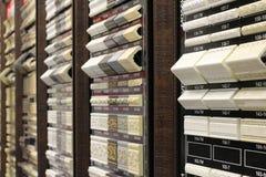 De tentoonstellingstribunes met steekproeven van decoratieve elementen in het verkoopbureau tonen het vormen kroonlijsten en plin stock afbeeldingen