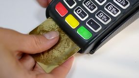 De terminal die van de creditcardbetaling elektronische spaander met behulp van stock footage