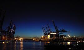 De terminal van de container bij nacht Stock Afbeeldingen