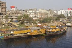 De terminal van de Sadarghatboot en Buriganga-rivieroeverwoonwijk in Dhaka, Bangladesh Stock Foto