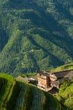 De terrassen en het dorp van de landschapsrijst in China Royalty-vrije Stock Afbeeldingen