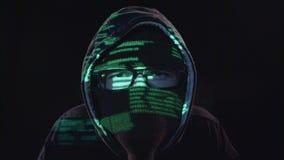 De terrorist kopieert informatie van de computer Zwarte achtergrond Sluit omhoog stock footage