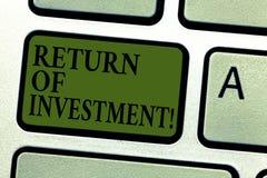 De Terugkeer van de handschrifttekst van Investering Concept het betekenen meet de aanwinst of het verlies dat op een sleutel van royalty-vrije stock afbeeldingen