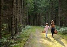 De terugweg van kinderen van bos Stock Foto's