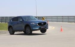 De test-aandrijving van tweede generatie restyled Mazda CX-5 oversteekplaats SUV Stock Foto