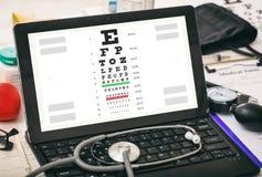 De test van de oogvisie aangaande het scherm van de artsen` s computer Royalty-vrije Stock Foto's