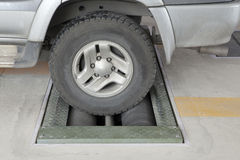 De testcapaciteit van het lichte vrachtwagenwiel om van remmateriaal op machinerollen op te houden Stock Fotografie