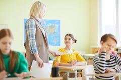 De tests van het leraarsflauwvallen aan leerlingen stock afbeeldingen