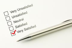 De tevreden klantendienst koppelt terug Het tevredenheidsconcept van de consument Duidelijke checkbox met een pen op document ach Royalty-vrije Stock Foto's