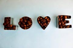 De textuur met de woordliefde voor de daginschrijving van de valentijnskaart maakte van de geselecteerde bruine aromatische Arabi stock afbeeldingen